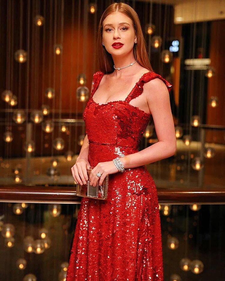 Marina Ruy Barbosa mostra toda a sua beleza no Emmy Internacional usando um vestido da grife Valentino Garavani. Foto: Reprodução/Instagram