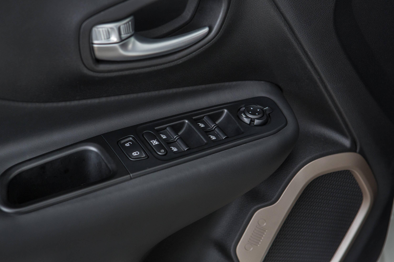 Controles elétricos de janelas e espelhos. Repare no grafismo da frente do Jeep (dois faróis com a grade de sete fendas) estampada no aro do alto-falante . Foto: Divulgação
