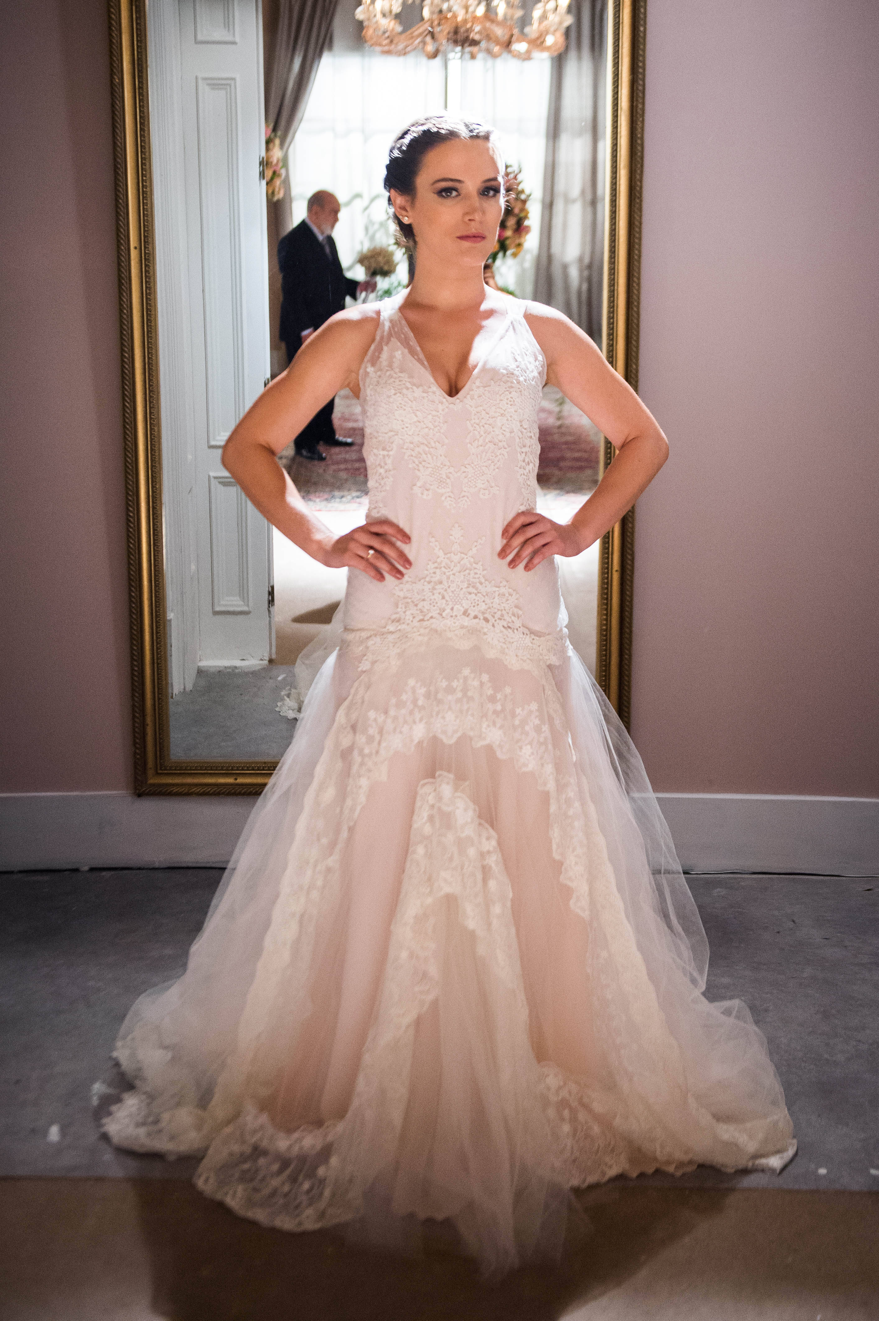 Clara (Bianca Bin) escolhe o vestido de noiva para o casamento com Renato (Rafael Cardoso). Foto: Divulgação/TV Globo
