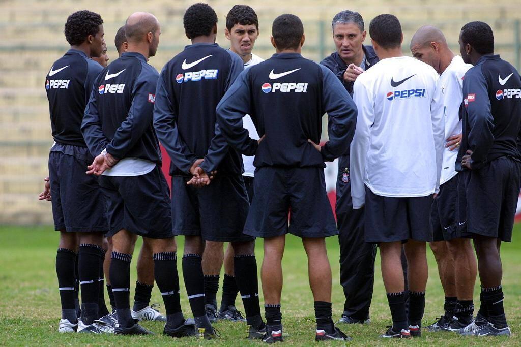 O Corinthians tinha 19 gols sofridos em sete jogos no Brasileirão quando Tite chegou. Para melhorar a defesa, ele mudou o sistema de jogo para o 3-5-2. Foto: MARCO FERRELLI/Gazeta Press