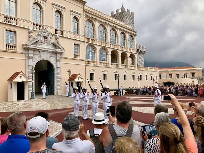 Às 11h15, a fachada do Palácio recebe a cerimônia de troca de guardas. Foto: Dicas de Paris e da França