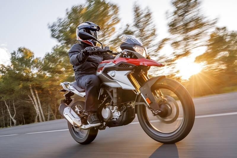 A característica mais marcante e inusitada da BMW G 310 GS é a posição invertida do motor monociclíndrico. Foto: Divulgação