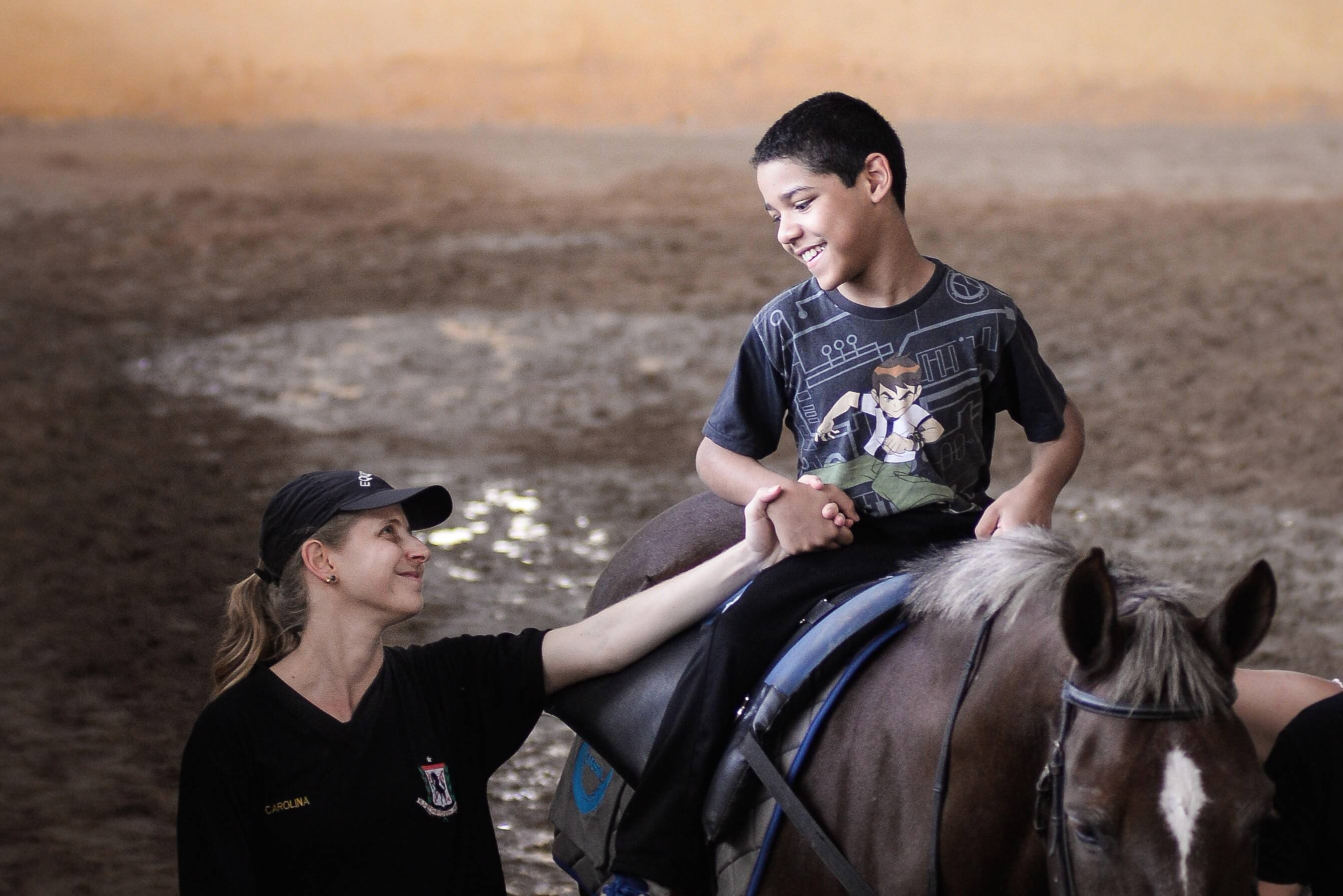 Programa de equoterapia desenvolvido pelo Regimento de Cavalaria 9 de Julho, Polícia Militar de São Paulo. Foto: Major Luis Augusto Pacheco Ambar - Comando de Choque, PMSP