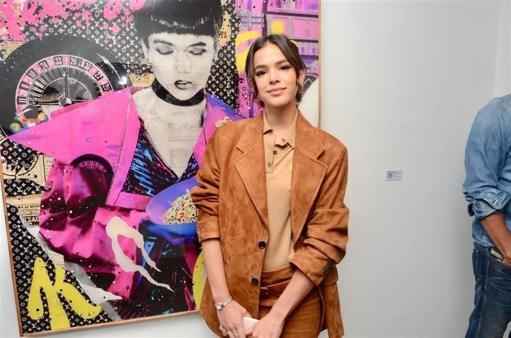 Bruna Marquezine na exposição Devaneios, de Gian Luca Ewbank, irmão de Giovanna Ewbank. Foto: AgNews