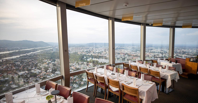 Além de oferecer culinária típica de primeira, o Turm Restaurant possui vista panorâmica em 360º . Foto: Reprodução/Donauturm