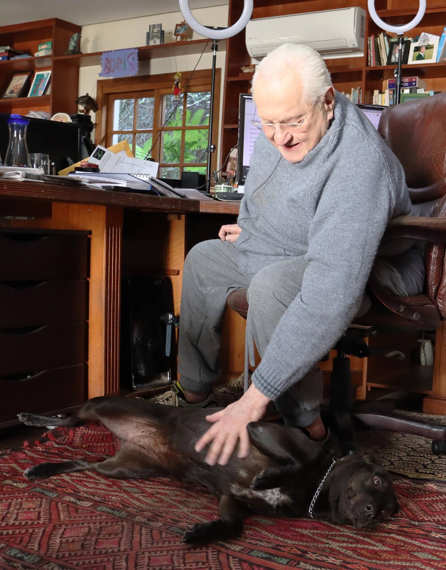 Boris Casoy e sua cachorra sem raça definida, segundo ele, a pet é a mais importante da casa. Foto: Divulgação