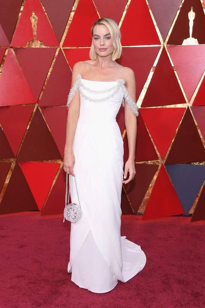Uau! Margot Robbie foi toda trabalha no branco e arrasou no tapete vermelho do Oscar 2018 no último domingo (04)   . Foto: Kevork Djansezian/Getty Images