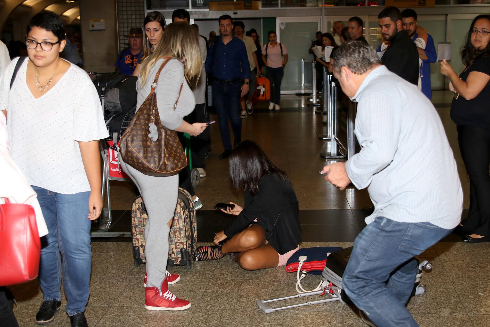 Débora Dunhill causa furor no aeroporto de Congonnhas, em SP, ao quebrar o salto e cair no chão sem calcinha. A Ex-Miss Bumbum estava acompanhada da modelo Danny Moraes. Foto: Divulgação / AgNews