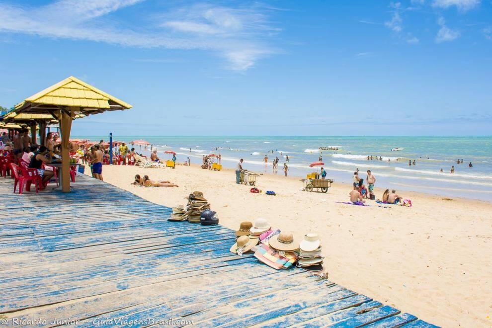 A relaxante Praia de Taperapuã possui a Barraca de Praia Tôa Tôa, complexo de lazer badalado de Porto Seguro. Foto: Ricardo Funiu