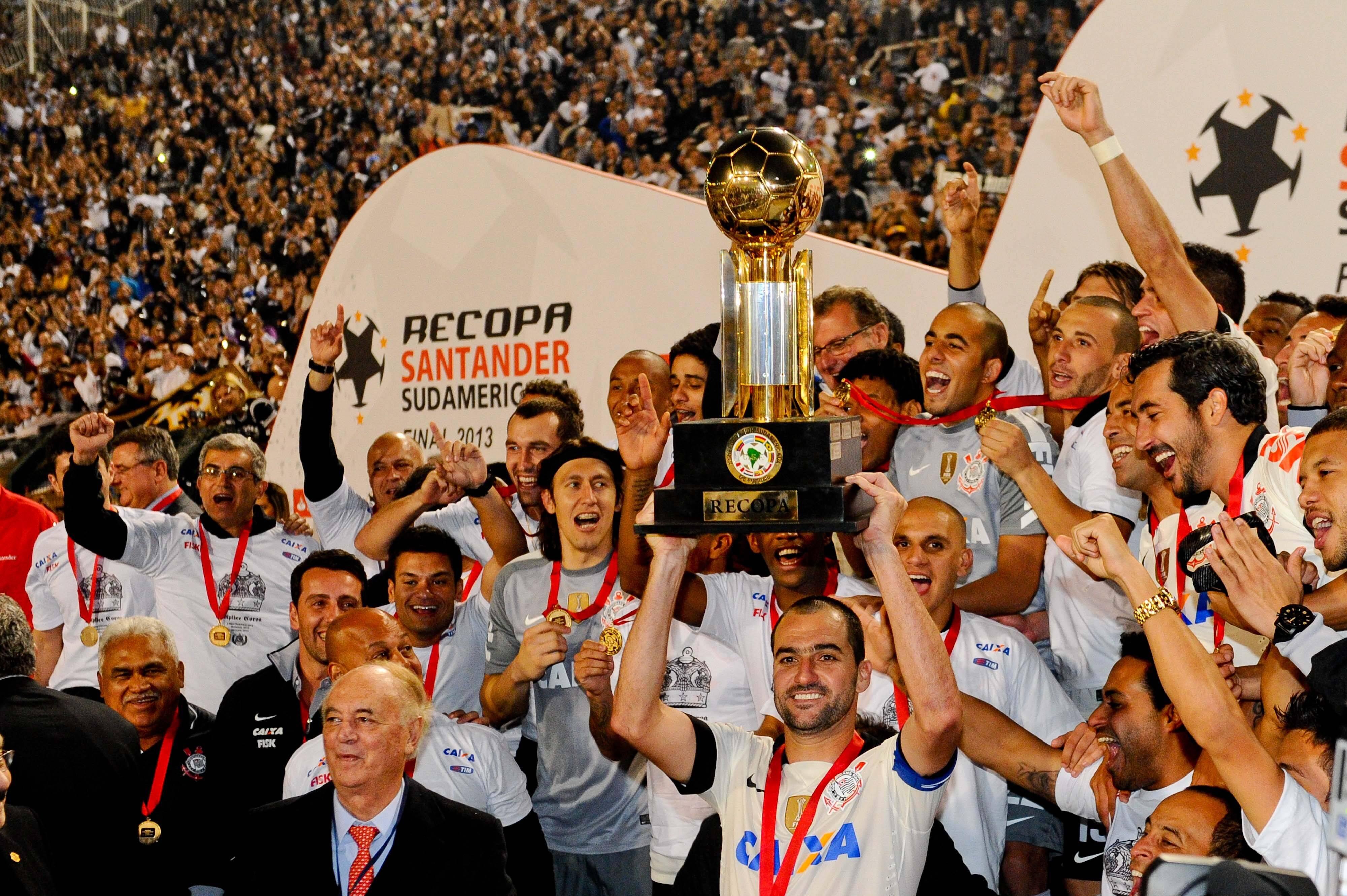 Outro troféu conquistado em 2013 por Tite no Corinthians foi o da Recopa, após duelos contra o São Paulo. Foto: SERGIO BARZAGHI / Gazeta Press