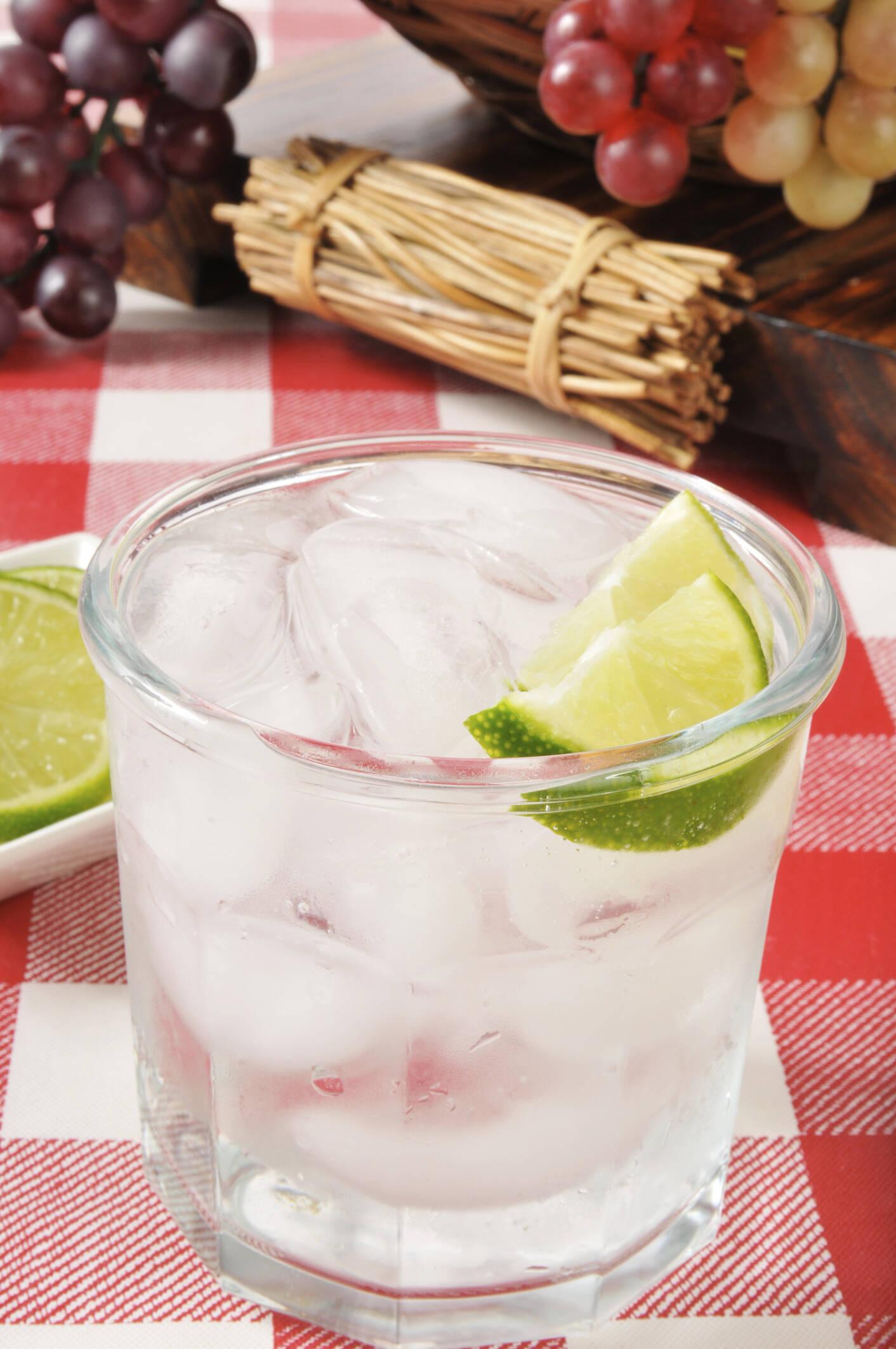 Refrigerante de limão: estimula a produção da enzima ALDH, que metaboliza o álcool ingerido, além de conter água e açúcar, que sempre ajudam. Foto: Thinkstock/Getty Images