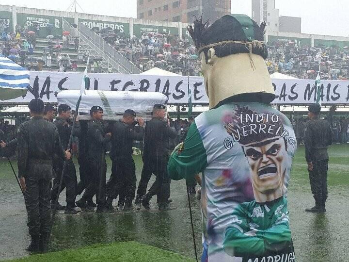 Mascote da Chapecoense acompanha a chegada dos caixões no gramado da Arena Condá. Foto: Reprodução/Breno Fortes/Correio Braziliense
