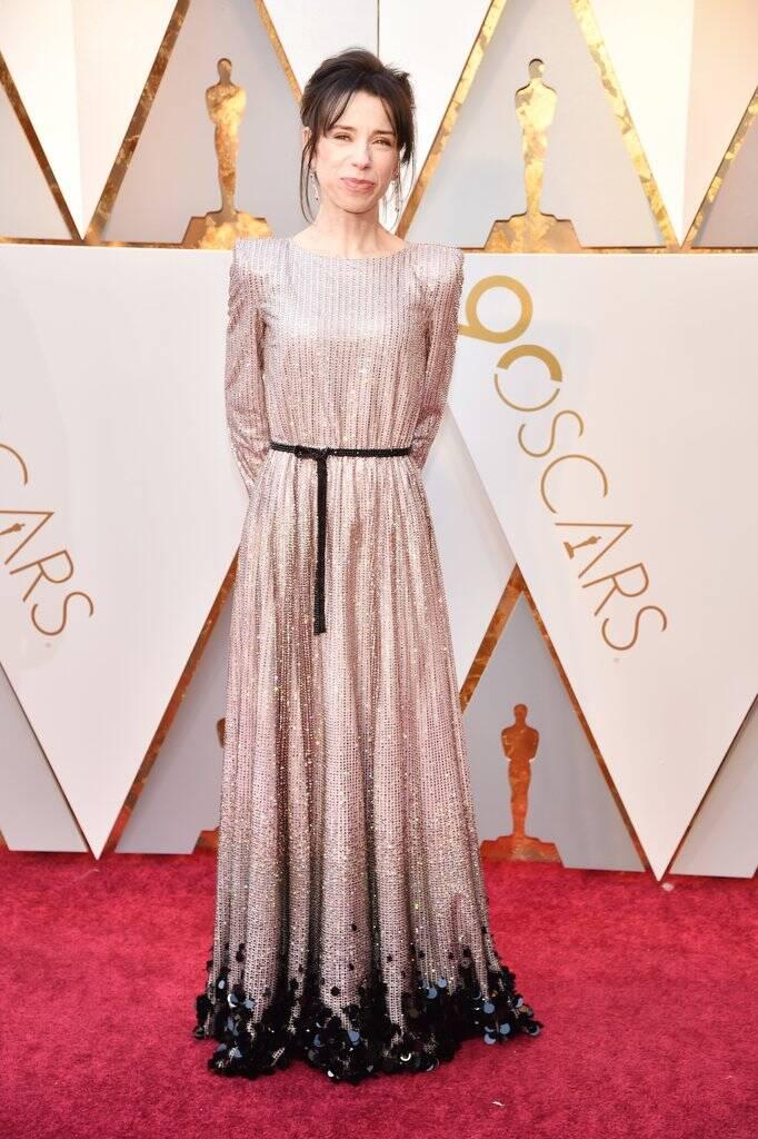 Claro que ela não poderia faltar né. Sally Hawkins também arrasou no tapete vermelho do Oscar 2018 no último domingo (04). Foto: Kevin Mazur/WireImage