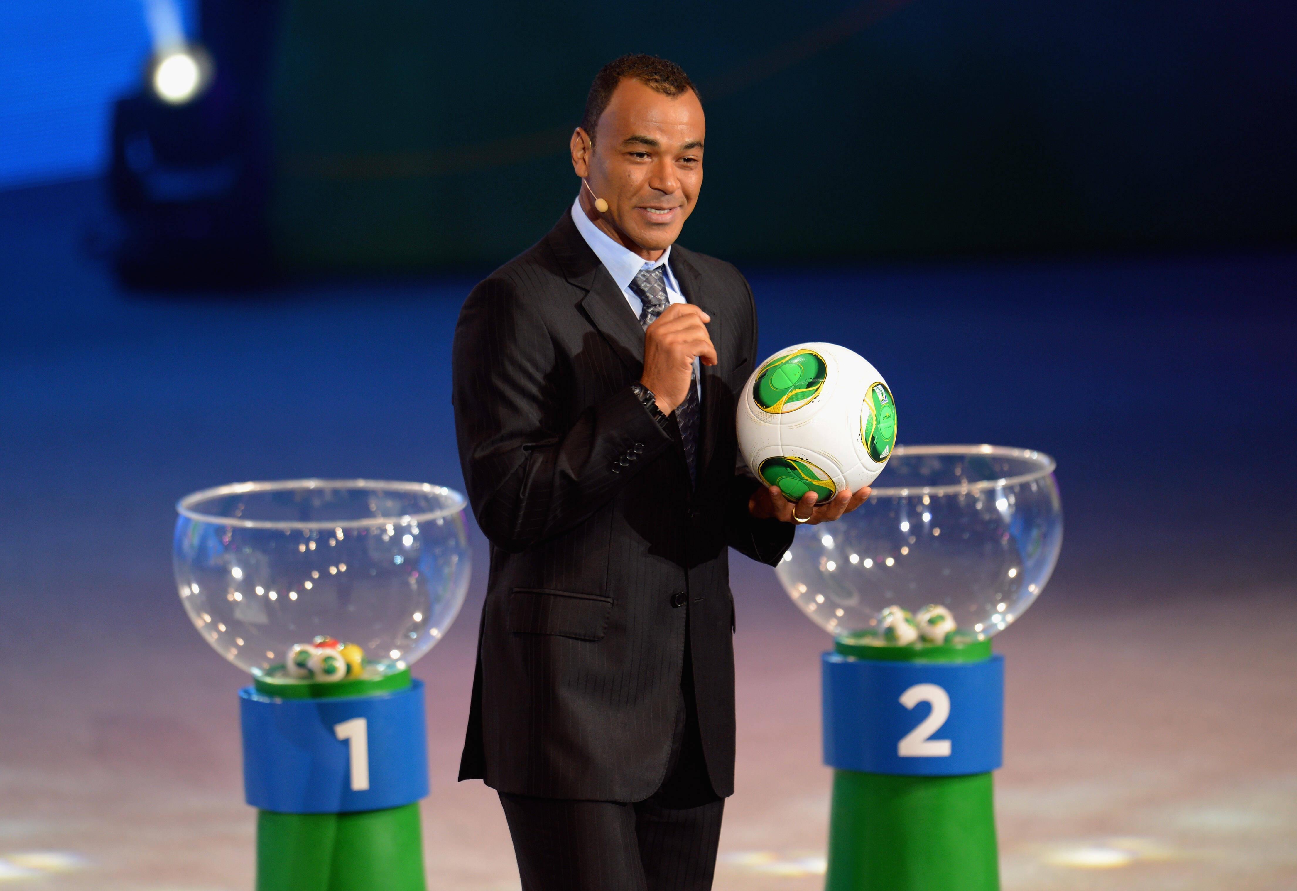 O ex-lateral Cafu apresenta a bola da Copa das Confederações 2013, que se chamará Cafusa. Foto: Getty Images
