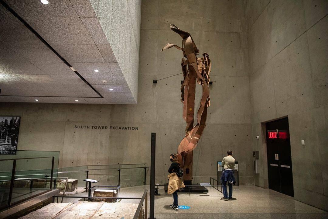 Resto de aço da fachada da Torre Norte do World Trade Center. O aço está completamente destroçado pelos danos sofridos no impacto do avião. Foto: Reprodução/Instagram