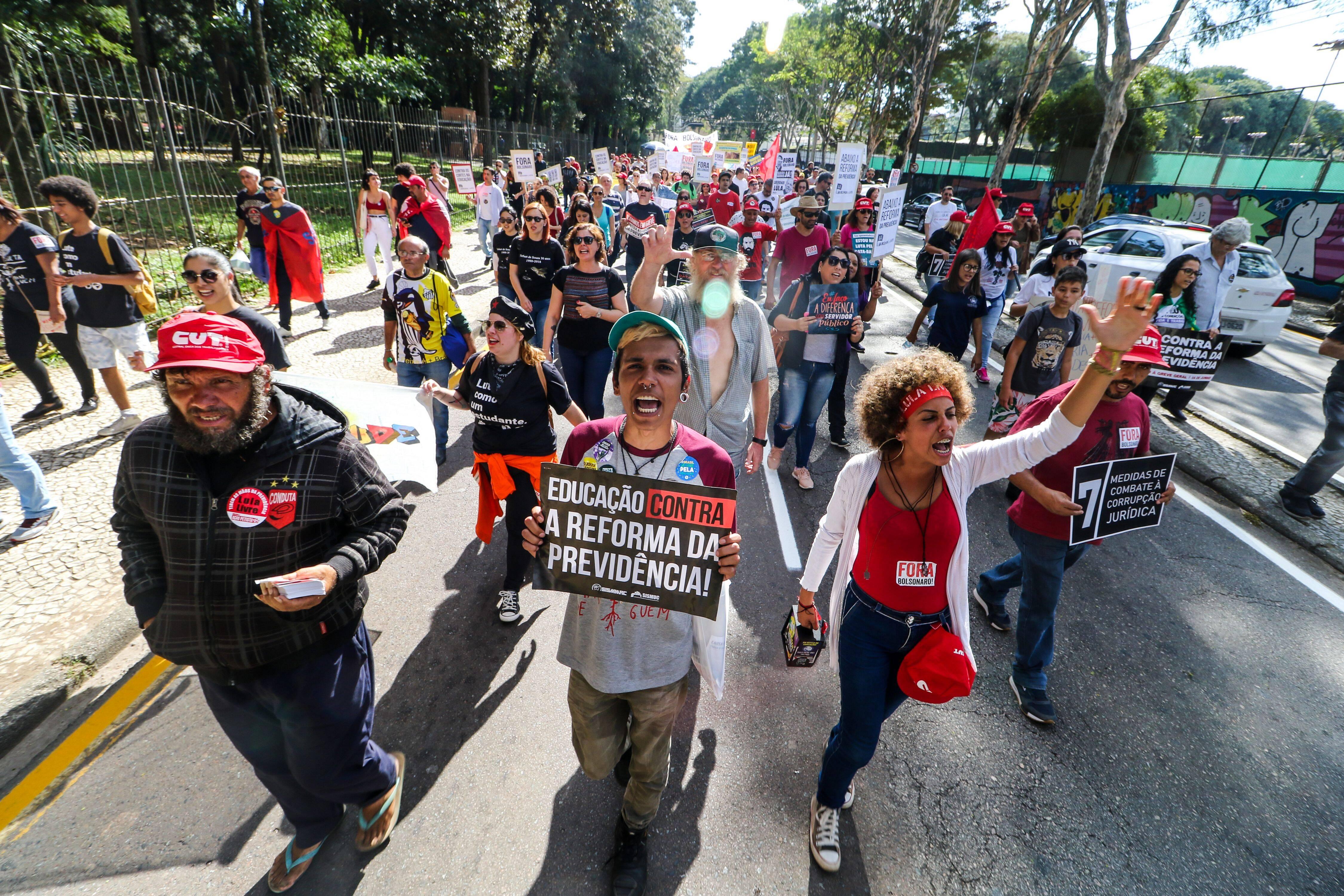 Com paralisação em ônibus e bancos, curitibanos se manifestam contra reforma da Previdência. Foto: Theo Marques/Agência O Globo