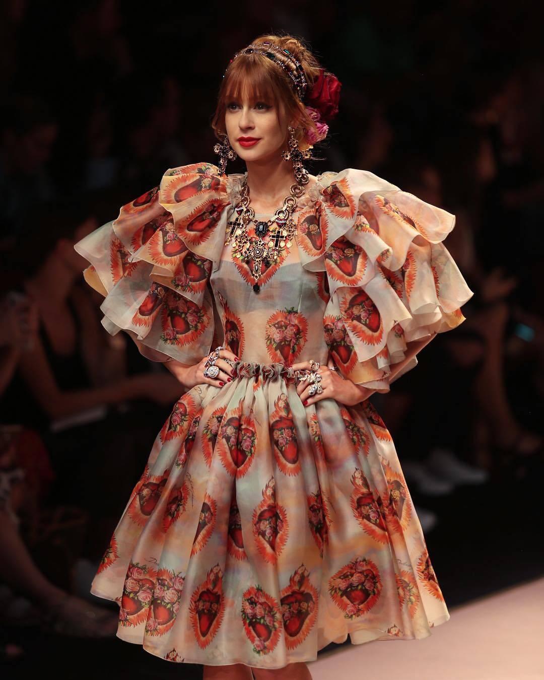 Marina Ruy Barbosa desfilando para a marca Dolce & Gabbana na semana de moda de Milão, na Itália. Foto: Reprodução/Instagram