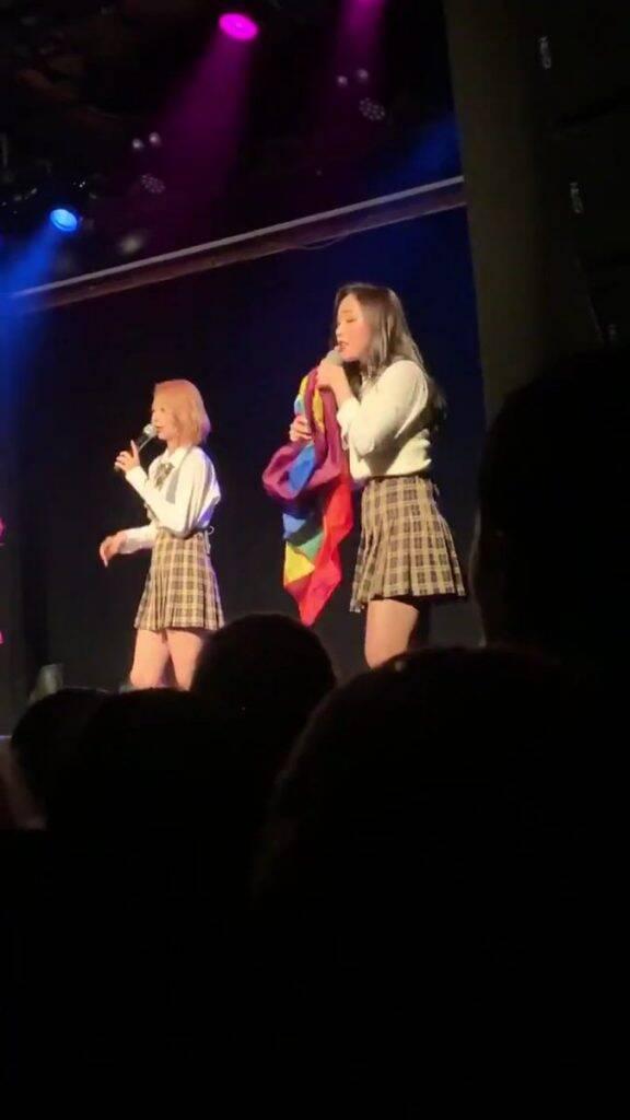 A integrante Gahyeon segurando a bandeira LGBT durante um show. Foto: Reprodução