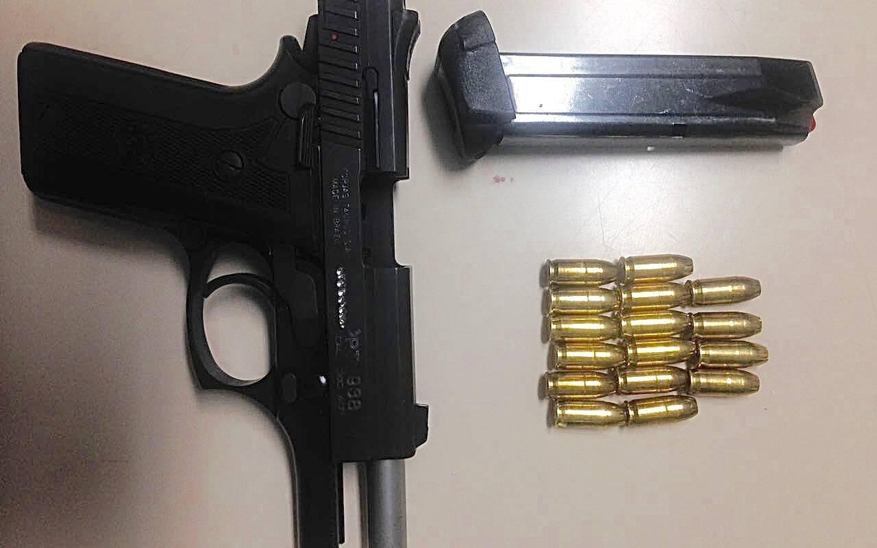 Pistola Taurus calibre .380 apreendida com os estelionatários. Foto: PM Divulgação