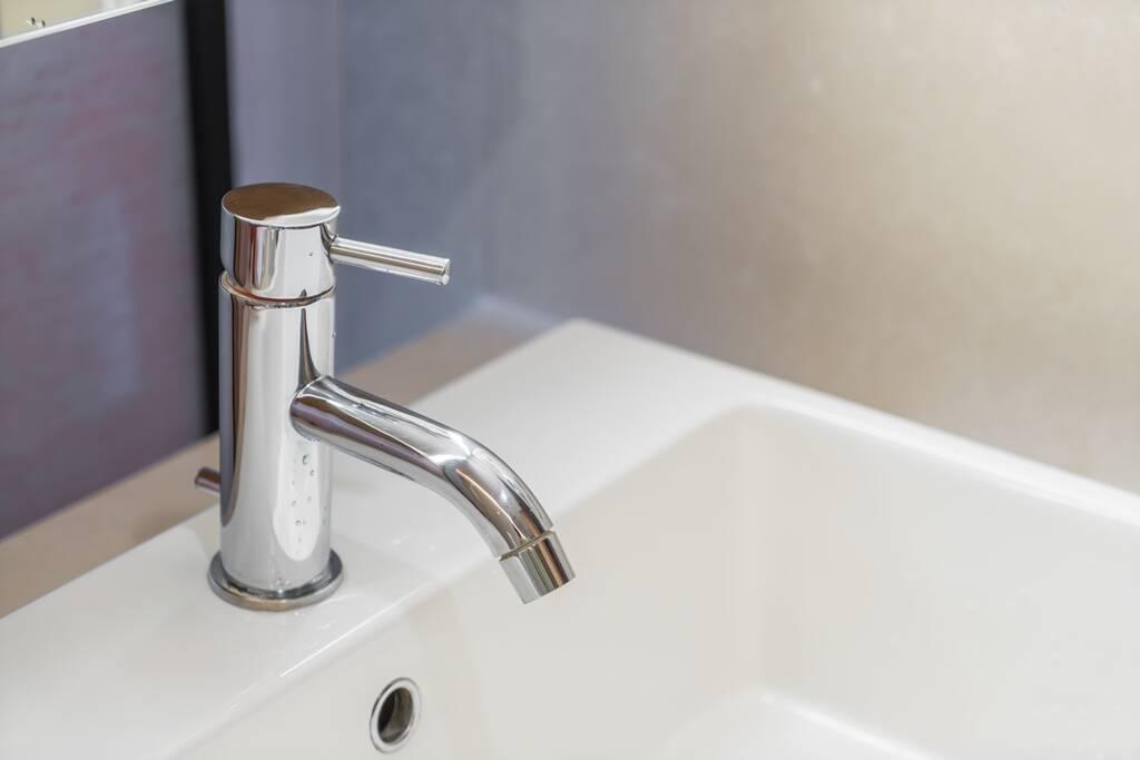 No banheiro, instalar barras no box e ao lado da pia reduz chances de escorregar. Foto: FreePik