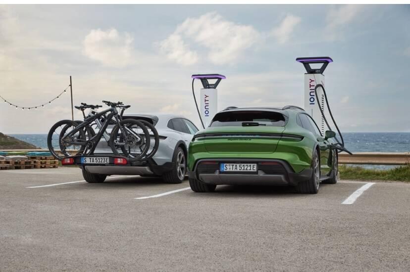 """A Porsche enfatiza o caráter """"aventureiro"""" do modelo elétrico nas atividades de lazer. Foto: Divulgação"""
