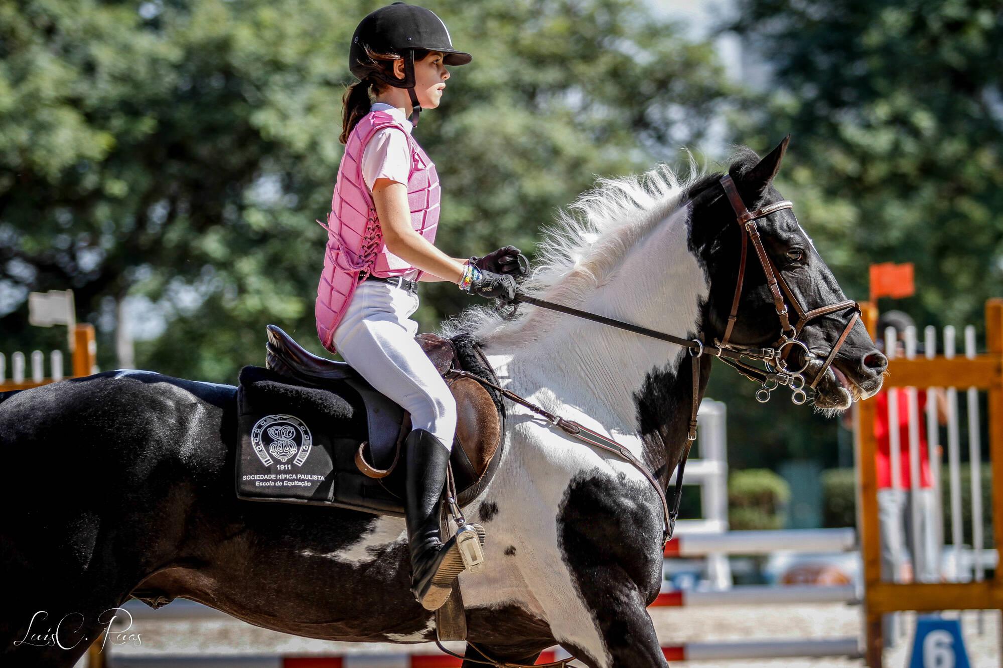 Aluna da escola de salto mostrando seu bom posicionamento no cavalo durante o trote. Foto: Divulgação/Hípica Paulista