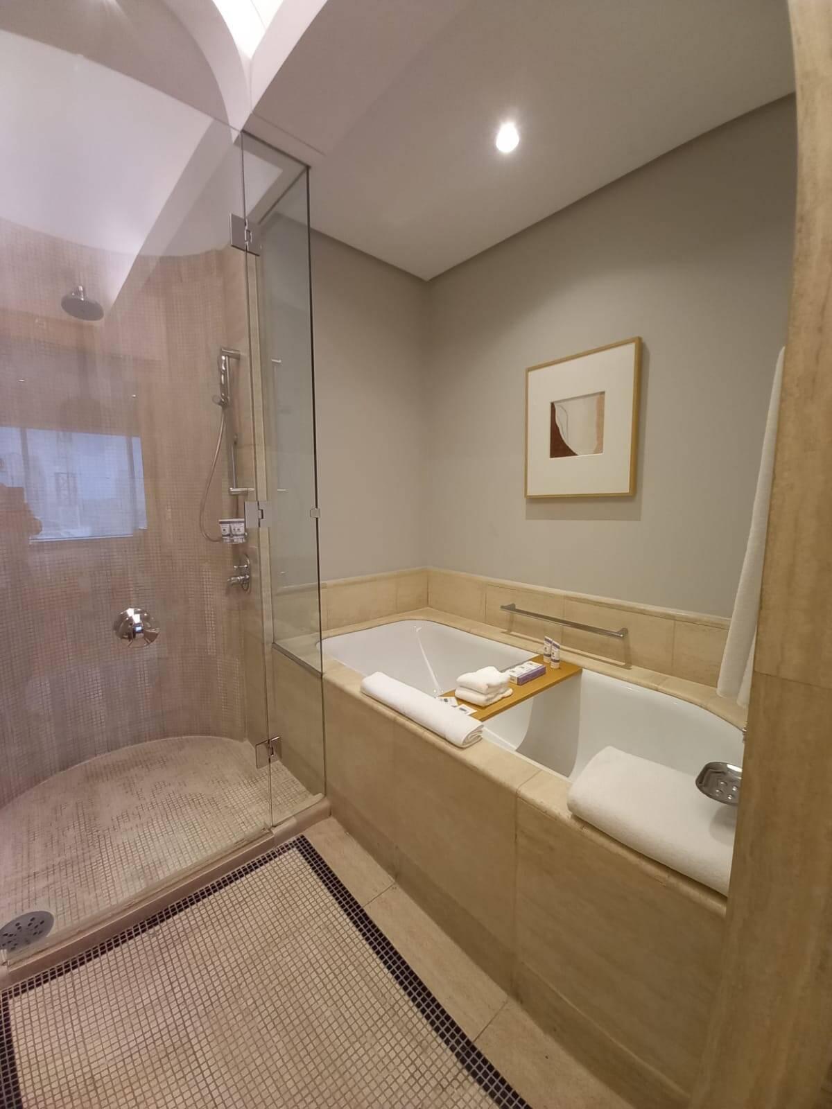 Espaço do banheiro em que estão a banheira e o chuveiro. Foto: Portal iG/Camila Cetrone
