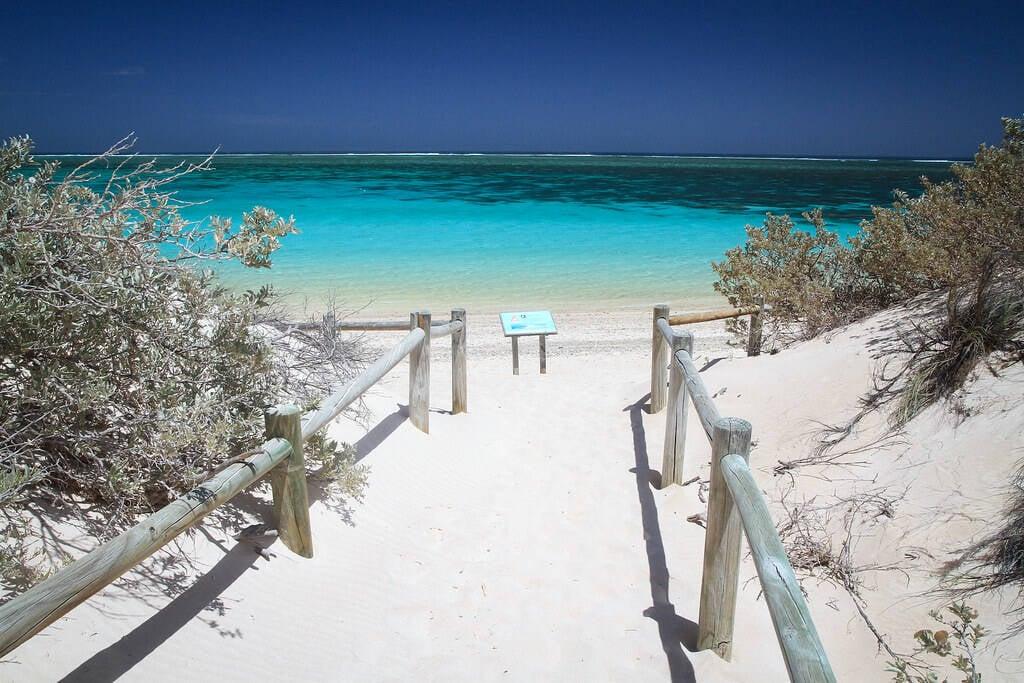 Turquoise Bay faz jus ao nome e leva ao turista um mar turquesa. Foto: Flickr