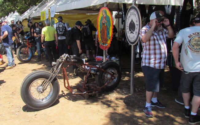 As barracas ofereciam qualquer coisa que se pudesse imaginar, inclusive motos. Foto: Divulgação e Gabriel Marazzi