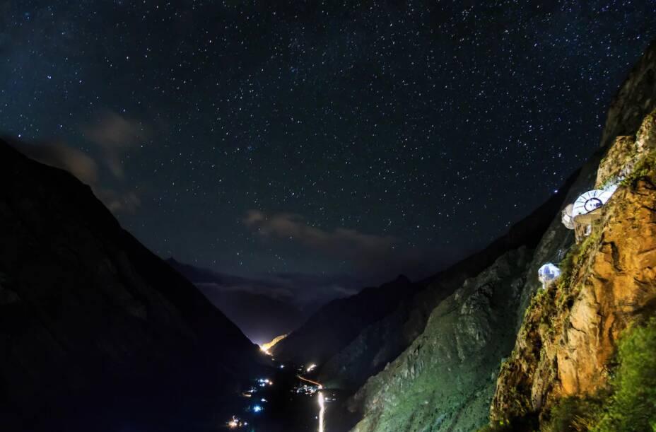 Vista do Skylodge Adventure Suites e do Vale Sagrado à noite. Foto: Divulgação/Natura Vive