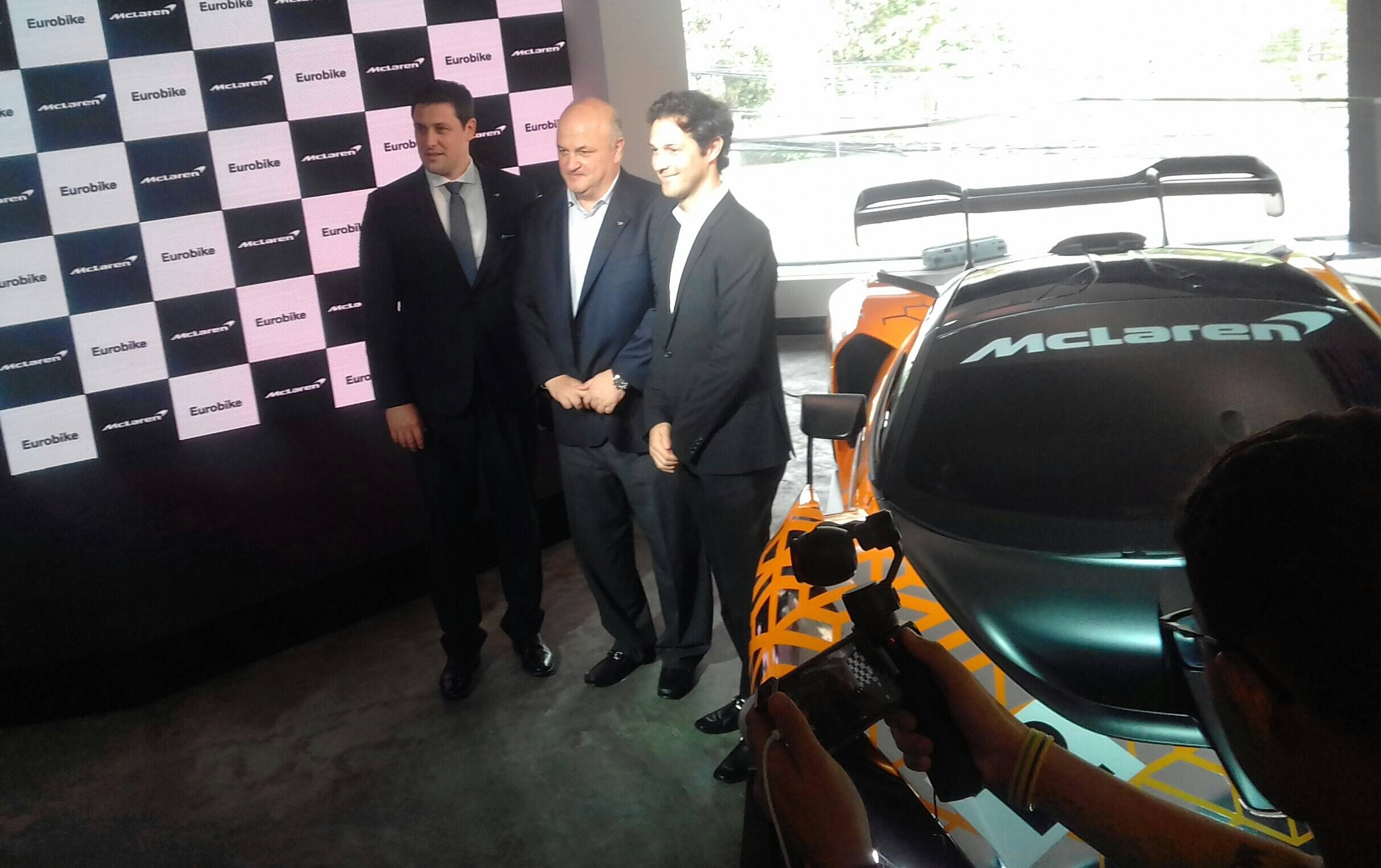 Da esquerda para a direita, Andreas Bareis, diretor geral da McLaren no Oriente Médio, África e América Latina; Henry Visconde, proprietário do Grupo Eurobike e Bruno Senna, piloto de WEC. Foto: Carlos Guimarães/iG