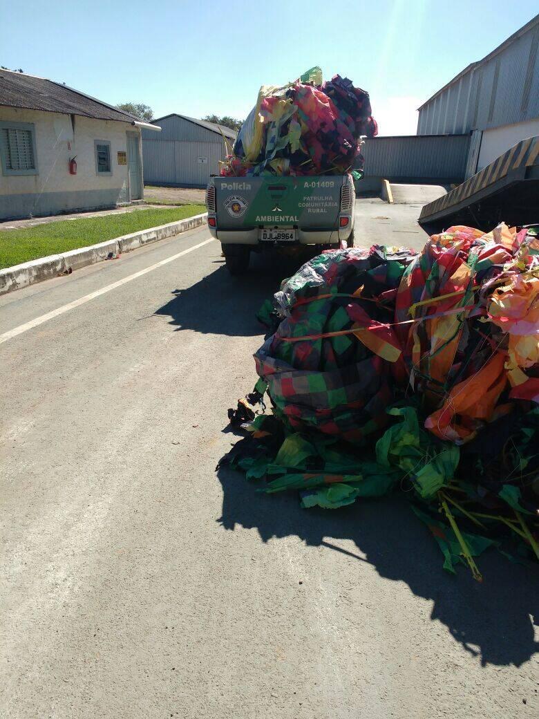 Equipes da Polícia Militar Ambiental fizeram apreensões de balões e pássaros silvestres neste domingo em SP. Foto: Divulgação/Polícia Militar Ambiental