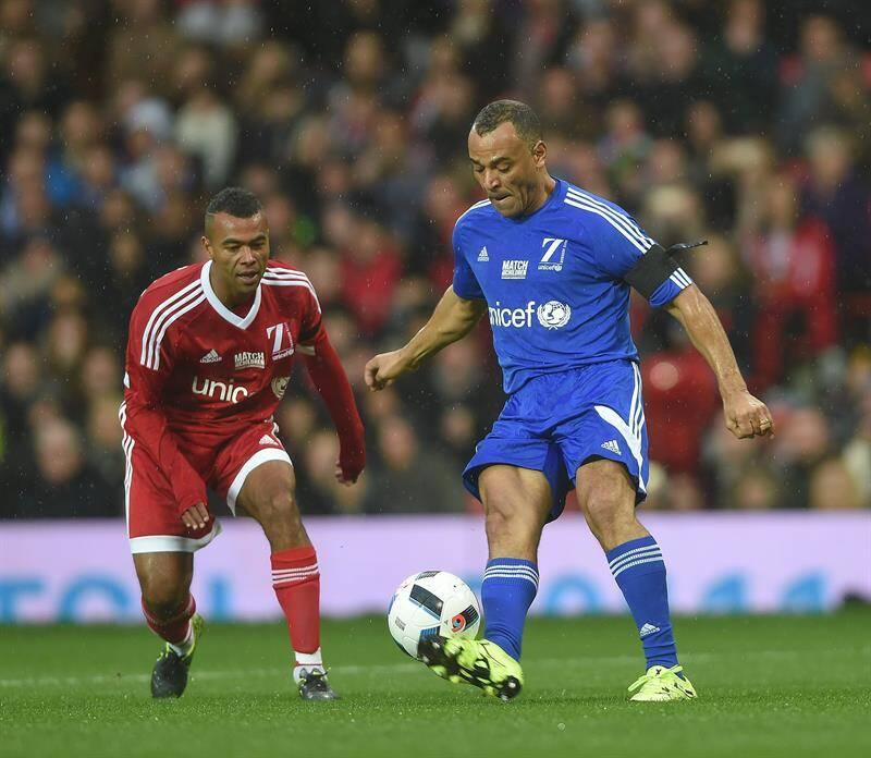 Cafu também foi atração na partida beneficente em Old Trafford, estádio do Manchester United. Foto: Peter Powell/EFE