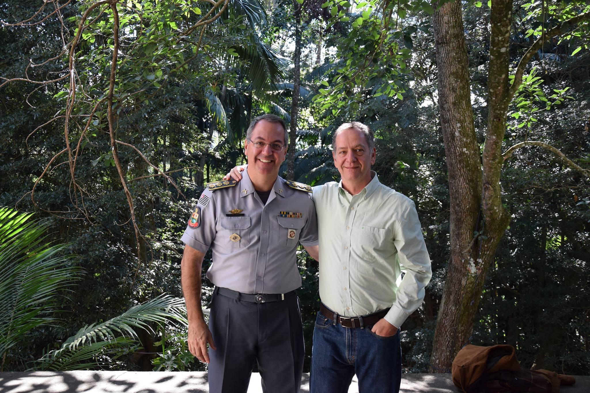 Coronel Sardilli e o Publisher do Portal iG na solenidade realizada no Horto de São Paulo. Foto: Divulgação/Polícia Militar Ambiental