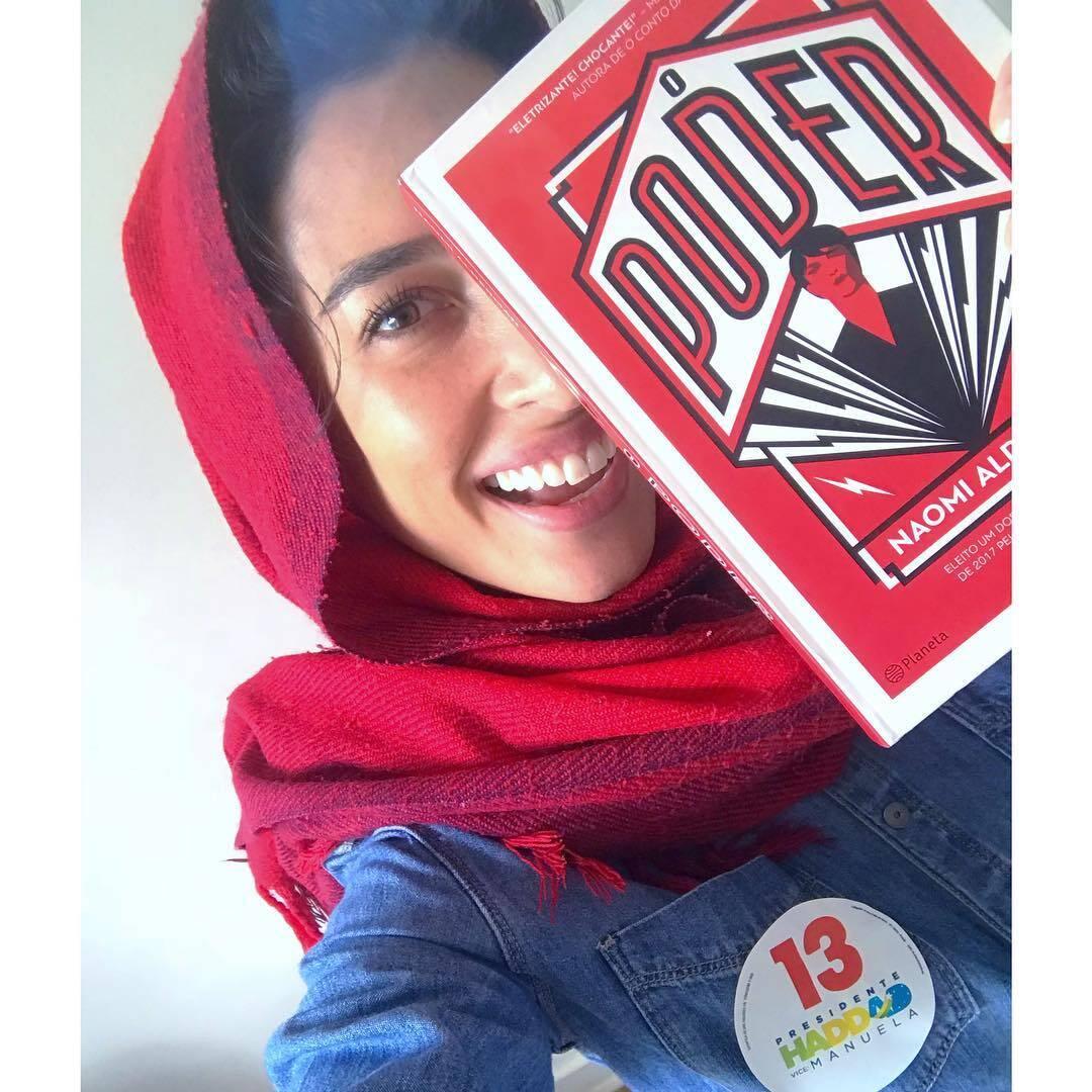 Famosos com livros postam fotos nas redes sociais em dia de eleição. Foto: Reprodução/Instagram