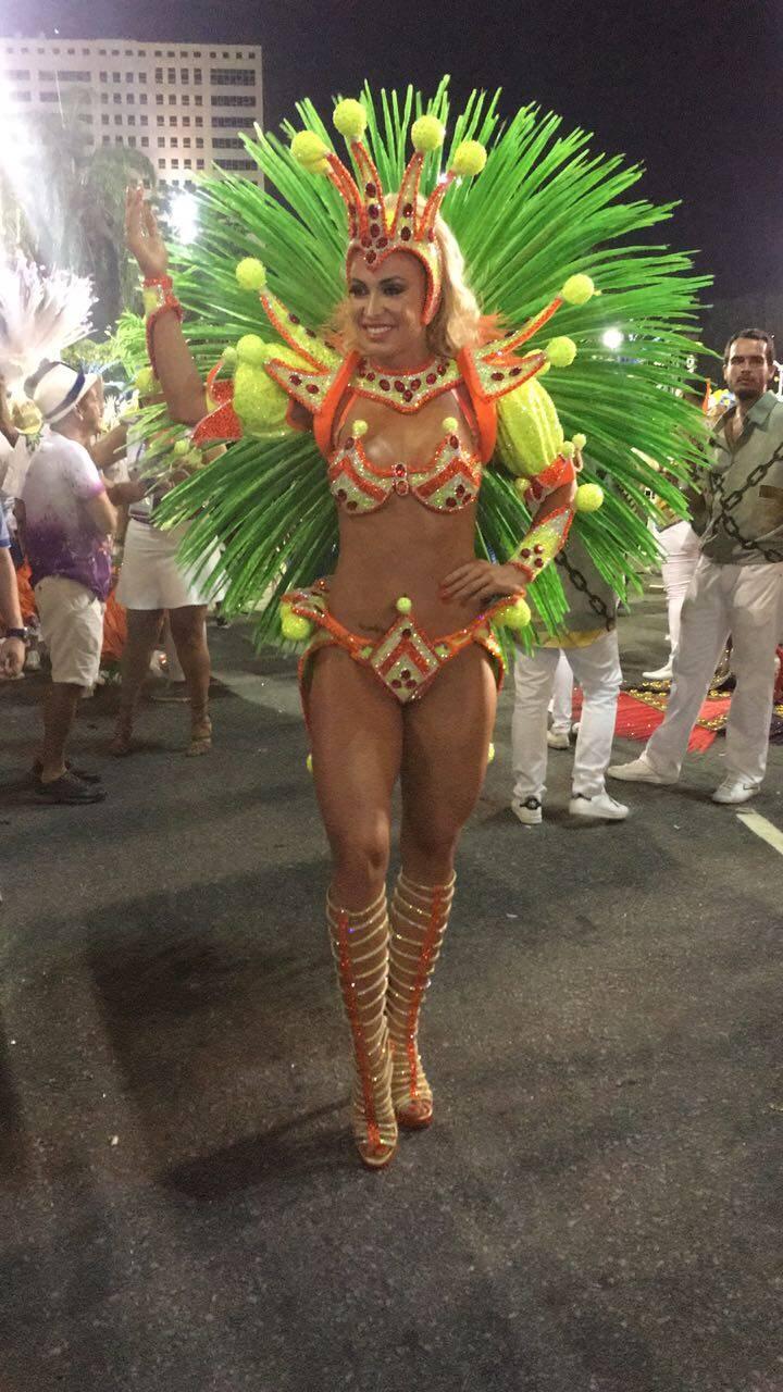 Jéssica Rodrigues, noiva do cantor Latino, saiu na Grande Rio e é mais uma na lista de musas com coxas para lá de torneadas. Foto: Divulgação