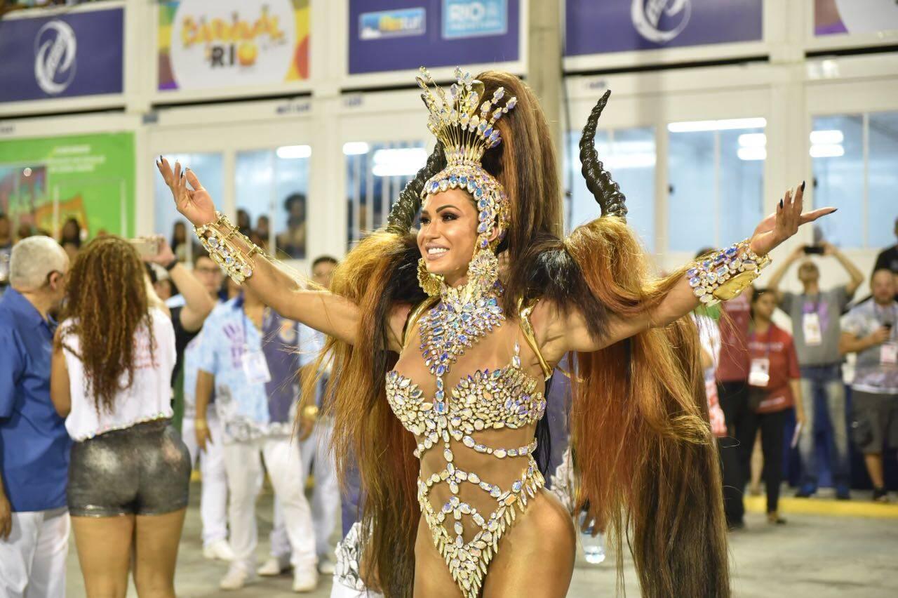 Gracyanne Barbosa brilhou como rainha de bateria da Ilha do Governador. Foto: Divulgação