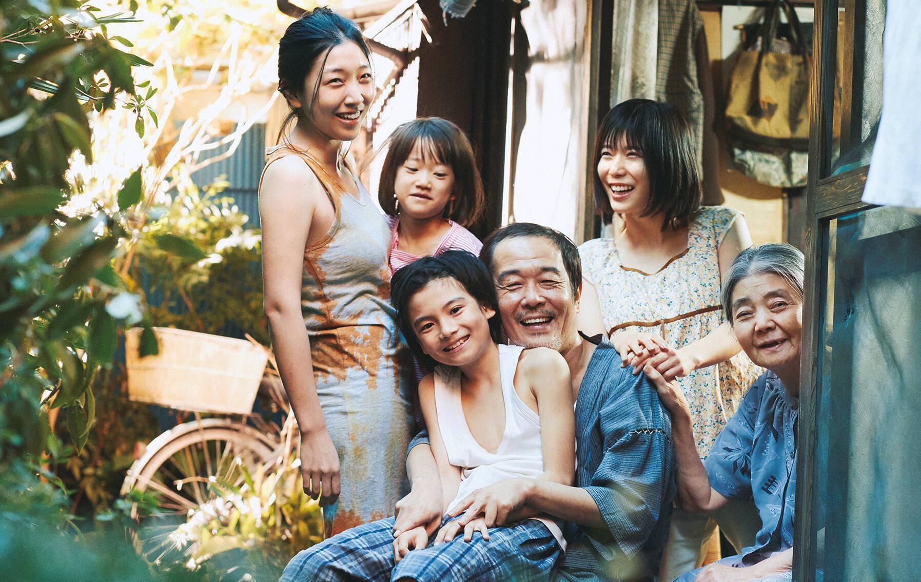"""""""Assunto de Família"""", filme que venceu a Palma de Ouro em Cannes, mostra a história de pai e filho que se deparam com uma garotinha e após relutarem em abrigar a menina, a matriarca da família, que é pobre, concorda em cuidar da pequena. Logo eles passam a viver felizes juntos até que um incidente revela segredos escondidos, testando os laços que os unem. Foto: Divulgação"""