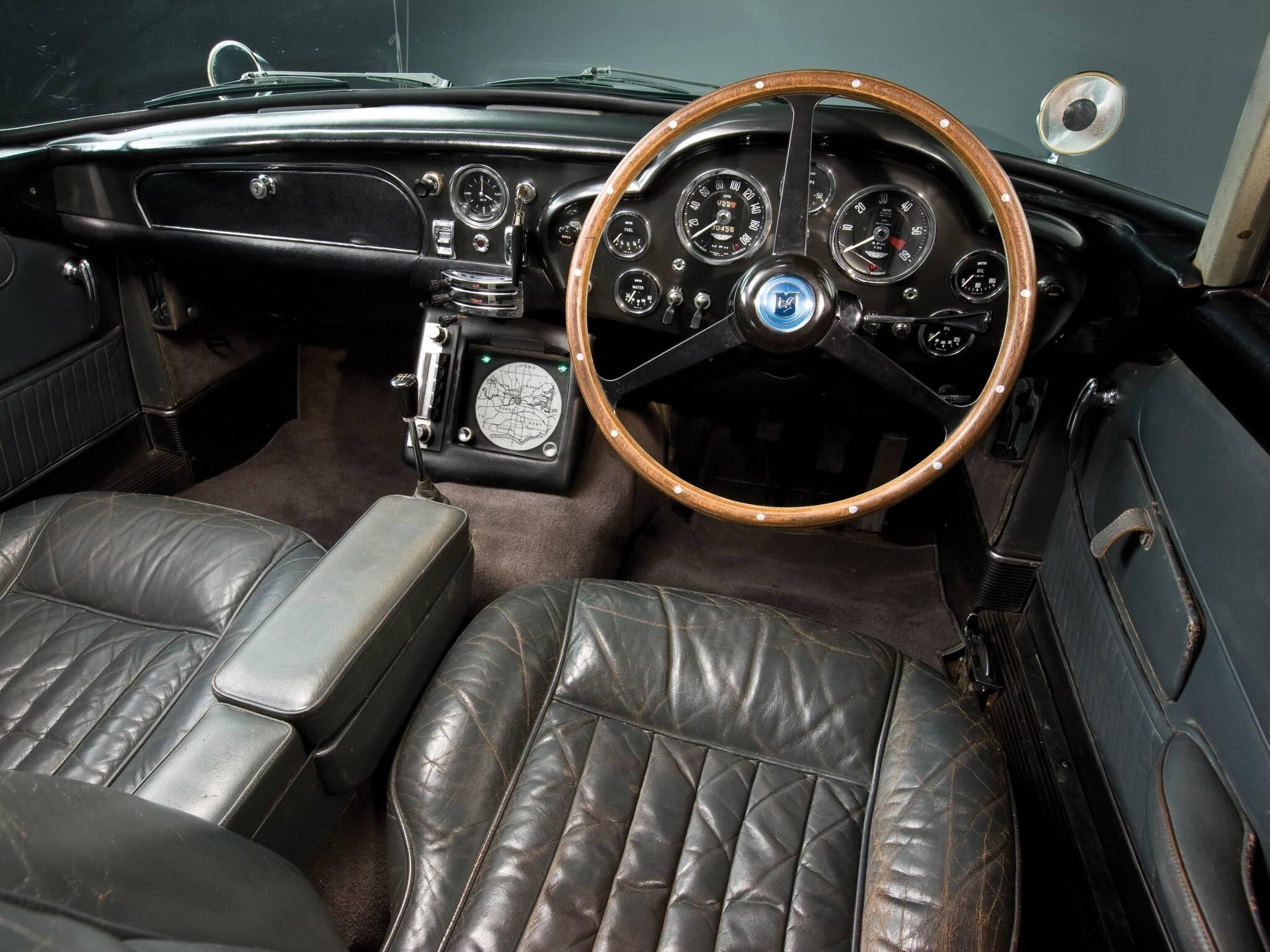 """Interior do Aston Martin DB5 do filme """" Goldfinger"""", em que o personagem principal foi o agente secreto James Bond. Foto: Divulgação"""