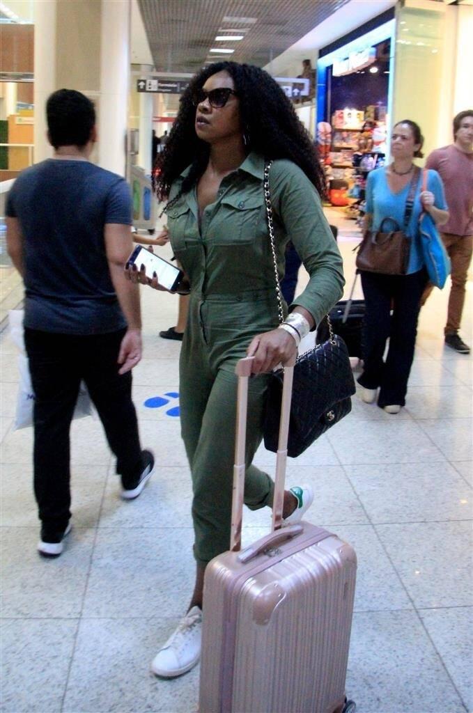 Cris Viana embarca no aeroporto de Santos Dumont, no Rio de Janeiro. Foto: Fábio Moreno/AgNews
