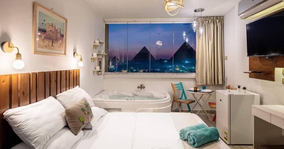 Studio compacto oferece vista às pirâmides do Egito. Foto: Airbnb