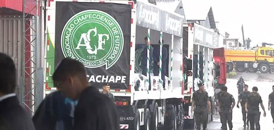 Caminhões com os caixões rumo à Arena Condá. Foto: Twitter/Reprodução