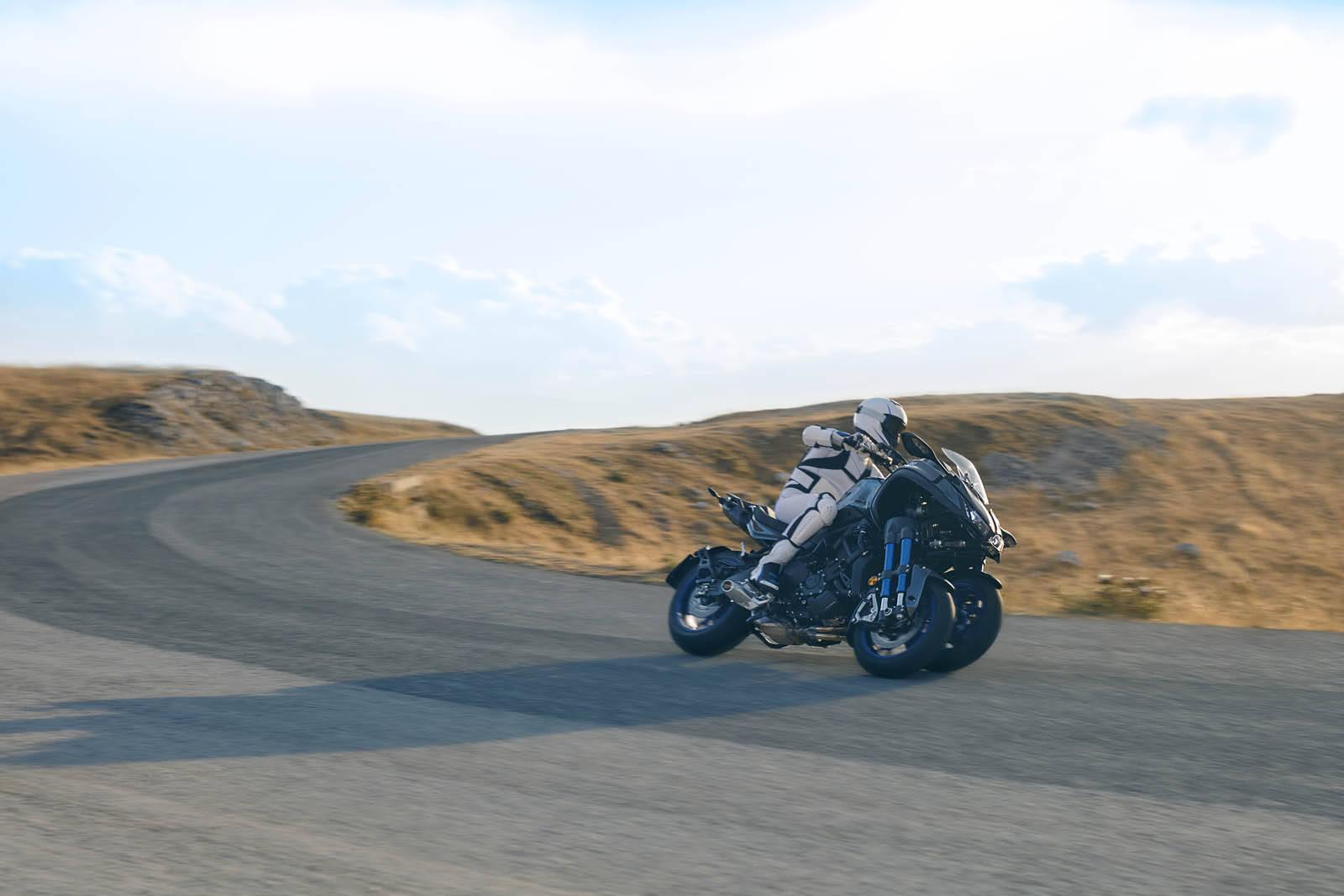 A Yamaha Niken se mostra muito bem articulada nas curvas, dando a opção para o motorista guiá-la esportivamente ou sem grandes emoções. Foto: Divulgação