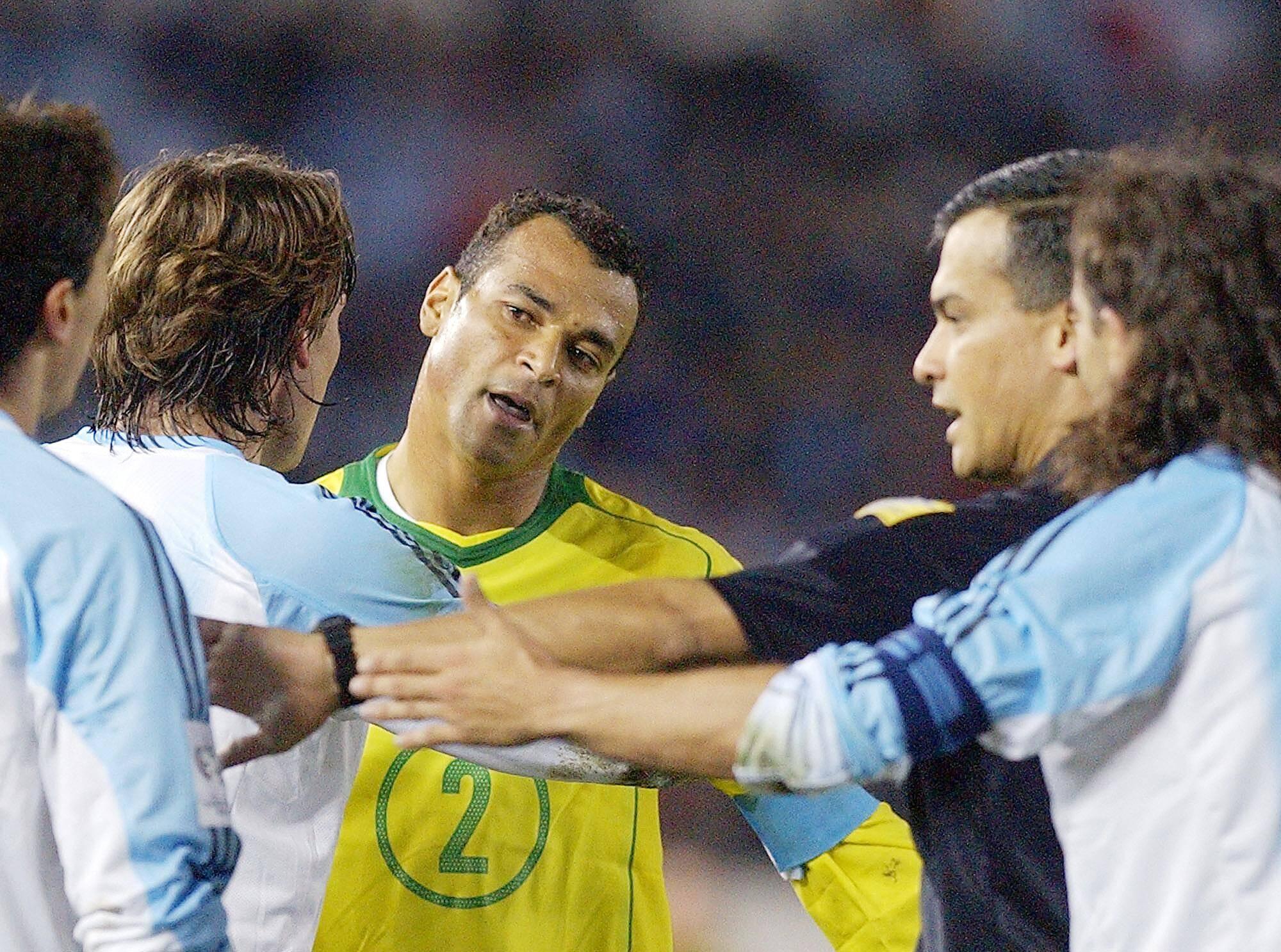 08/06/2005 - Eliminatórias - Cafu discute com Crespo no Monumental. Foto: AP