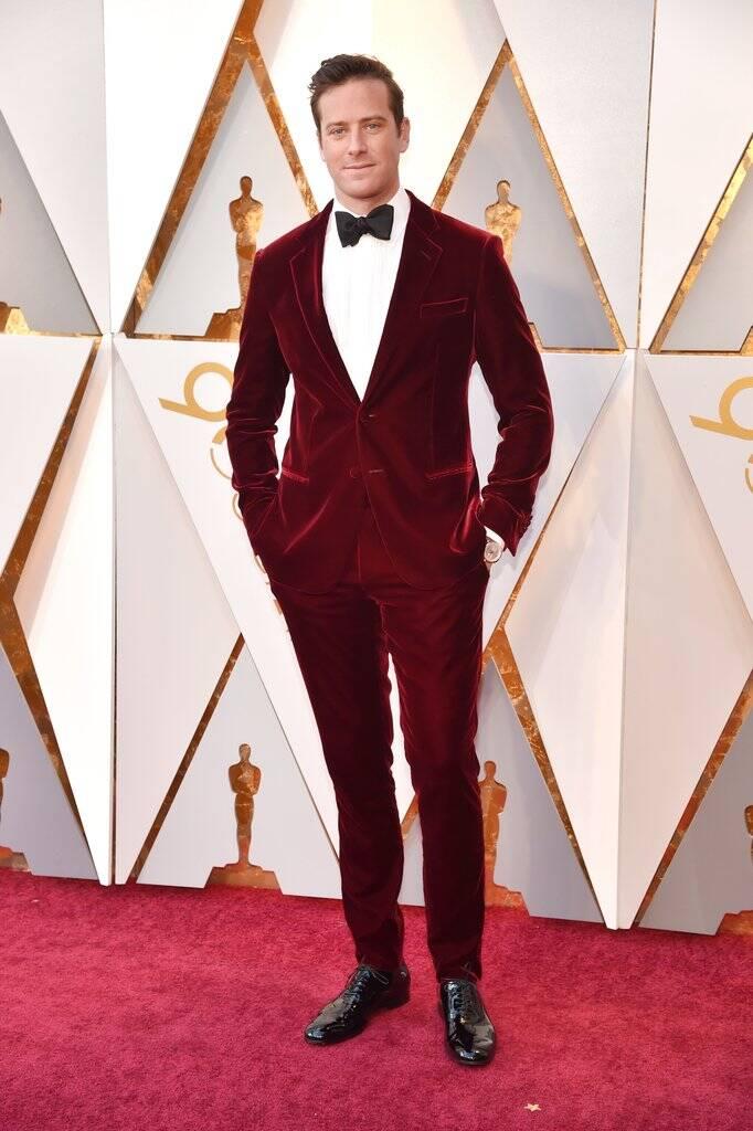 Cheio de estilo e elegância, o ator Armie Hammer mostrou que é um verdadeiro galã durante a sua passagem pelo o tapete vermelho do Oscar 2018 no último domingo (04). Foto: Kevin Mazur/WireImage