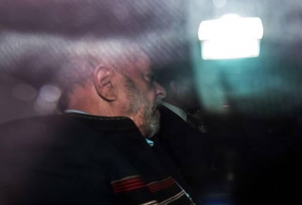 Retrospectiva 2018: Já preso, Lula foi conduzido pelos policiais federais até um prédio da PF na Lapa, zona oeste de São Paulo, onde fez exame de corpo de delito antes de ser levado de helicóptero para o aeroporto de Congonhas e então, de avião, para Curitiba. Foto: Agência Estado