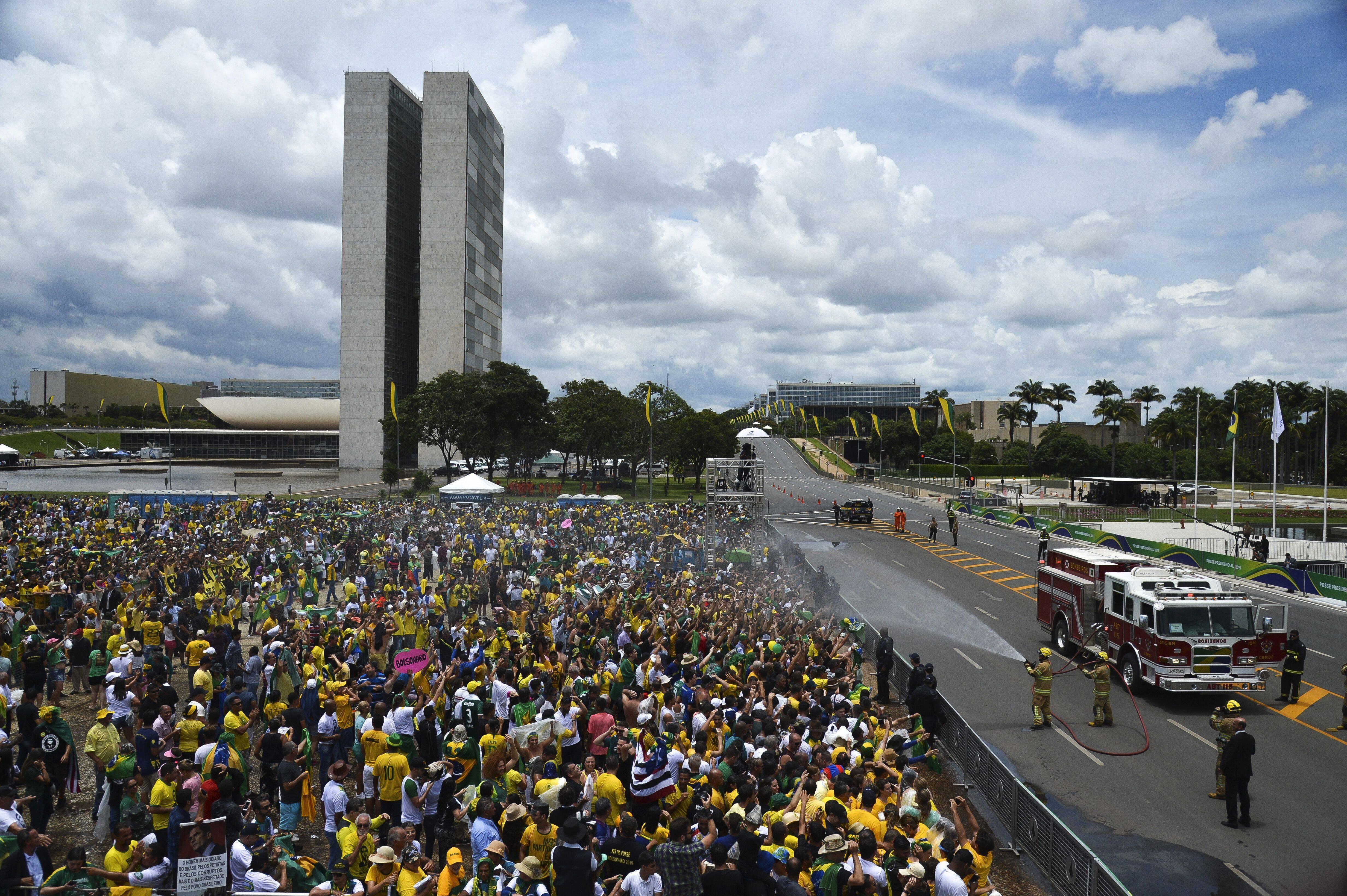 Jatos de água refrescam o público que aguarda a cerimônia de posse . Foto: Marcelo Camargo/Agência Brasil - 1.1.19