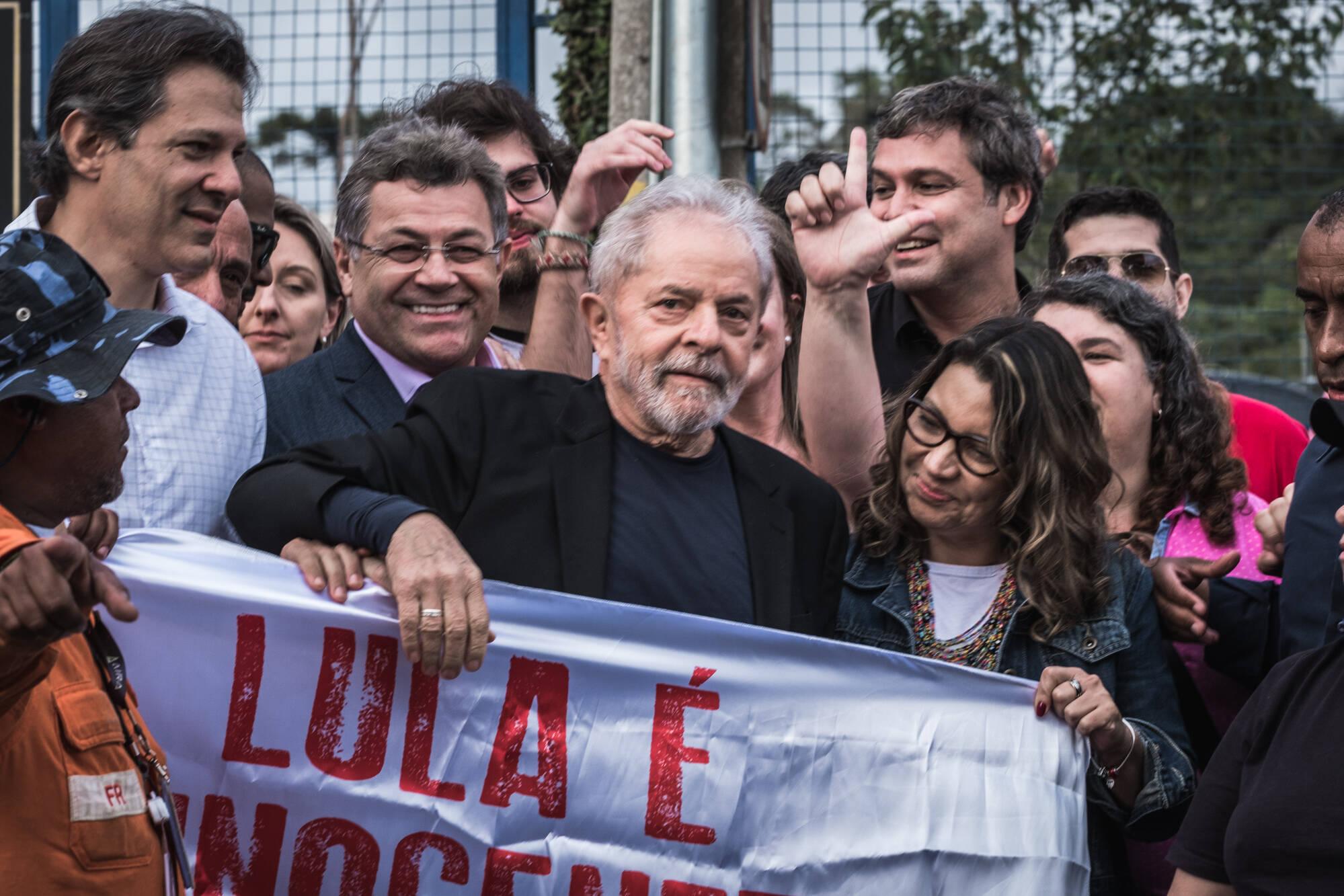 Lula saindo da cadeia. Foto: Gibran Mendes / CUT Paraná