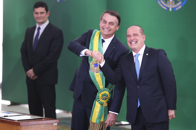 Bolsonaro ao lado de seu ministro da Casa Civil, Onyx Lorenzoni, que coordenou governo de transição. Foto: Valter Campanato/Agência Brasil - 1.1.19
