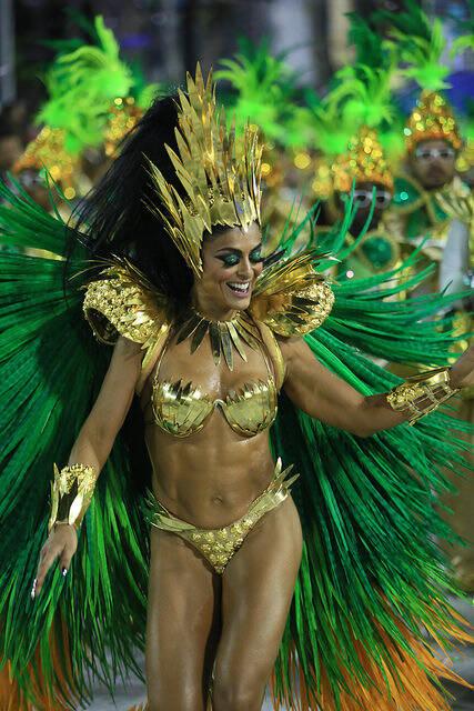 Juliana Paes desfila como rainha de bateria da Grande Rio e arrasa na empolgação na madrugada desta segunda-feira (12). Foto: Divulgação / Flickr / Rio Tur